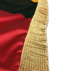 Prabangi dviguba Lietuvos vėliava su kutais– spausdinta tiesioginės, dvipusės sublimacijos būdu ant itin aukštos kokybės vokiško blizgaus satino audinio. Audinio sudėtis - 100% poliesteris. Vėliava apsiūta auksinės spalvos kutais, kurie vėliavai suteikia prabangos. Vėliava gaminama su kišene ir raišteliais, todėl skirta naudoti kabinant ant koto. Rekomenduojame šią vėliavą naudoti viduje. Visos vėliavos spalvos atitinka heraldikos reikalavimus. Vėliava atspausdinta dvipusės sublimacijos būduant aukščiausios kokybės satino. Vėliavos dydis: 100 x 170 cm (oficialus dydis). Vėliava yra vientisa, nėra nereikalingų siuvimosiūlių, tačiau turi dvigubą apsiuvimą, todėl vėliava žymiai tvirtesnė. Vėliava apsiūta auksinės spalvos kutais. Vėliavos tvirtinimas: kišenė ir raišteliai.